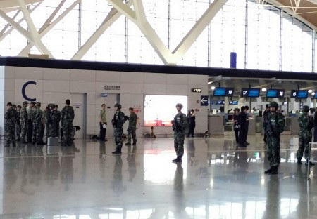 上海浦東機場12日下午2時20分左右發生爆炸,事故發生的第2航廈C島辦票大廳的櫃檯。(中央社)