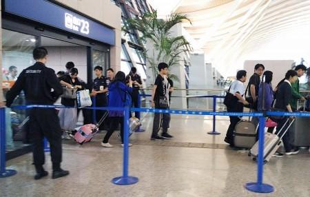 上海浦東機12日下午發生爆炸案後,機場內原本不設安檢的出入口因靠近爆炸事故地點,設置警力。部分通往出發層的出入口則封閉。(中央社)