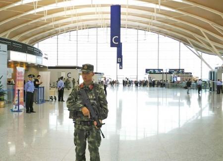 上海浦東機場12日下午2時20分左右發生爆炸,事故發生的浦東第2航廈C島櫃檯區,已被封鎖並有武警鎮守。(中央社)