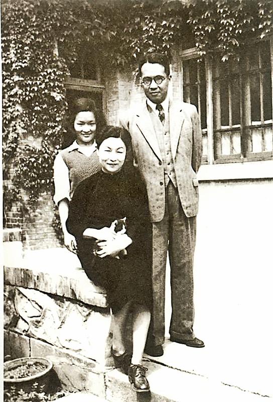 1950年清華大學校慶日,楊絳、錢鍾書與女兒錢瑗攝於新林院寓所。(網絡圖片)