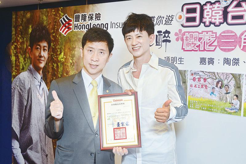 項明生與台灣觀光局主任巫宗霖(左)合照。(宋祥龍/大紀元)