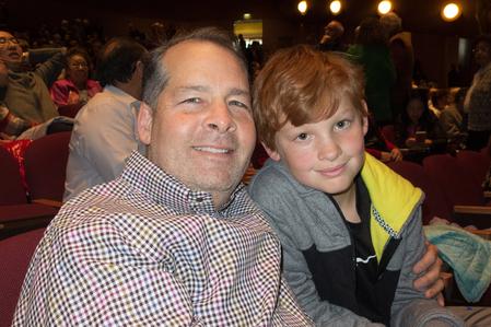 1月3日,谷歌高級主管Patrick Copeland夫婦一家五口一起觀賞了神韻。圖為Copeland與兒子William。(馬亮/大紀元)