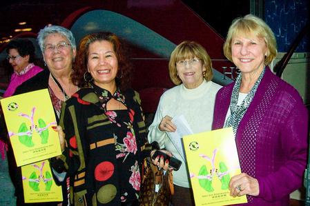 坐大巴來看神韻的Linda Ramala(右1)、Donna Pattie(右2)、艷虹(右3)和Sue Morris(右4)。(大紀元)