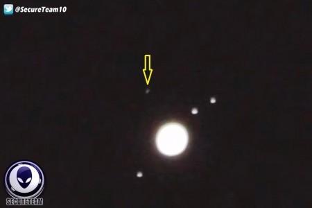 UFO(箭頭所指)飛過木星的連續畫面。(視頻截圖)