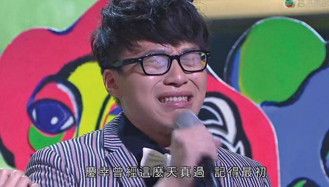 坤哥於頒獎禮連奪兩獎,獻唱時泣不成聲。(網絡圖片)