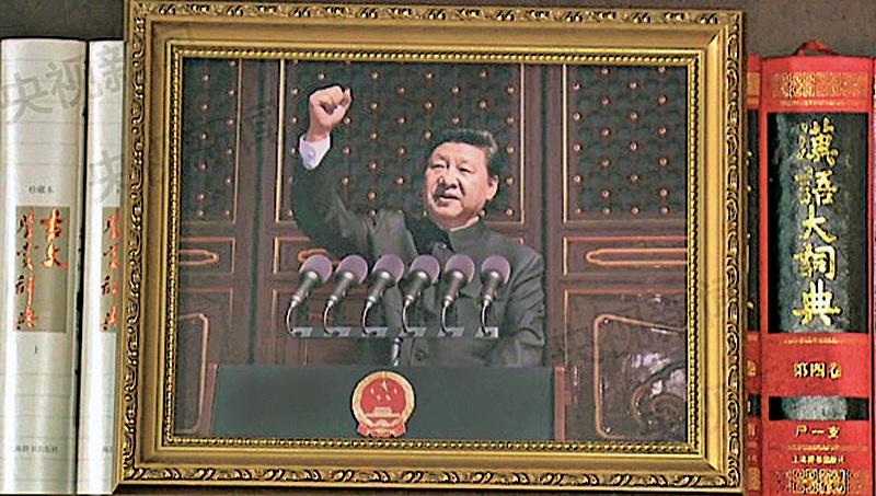 官媒解讀新年賀詞視頻畫面中出現的習近平中南海辦公室內的一些細節,首度公開習近平在北京閱兵儀式上的一張照片。(網絡圖片)