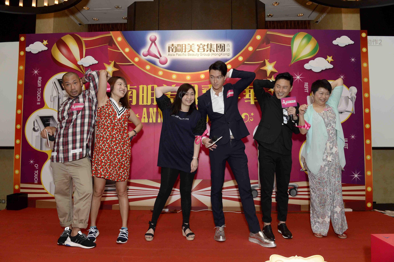 三位型男王浩信、金剛、曹永廉與嘉賓大玩遊戲。(公關提供)