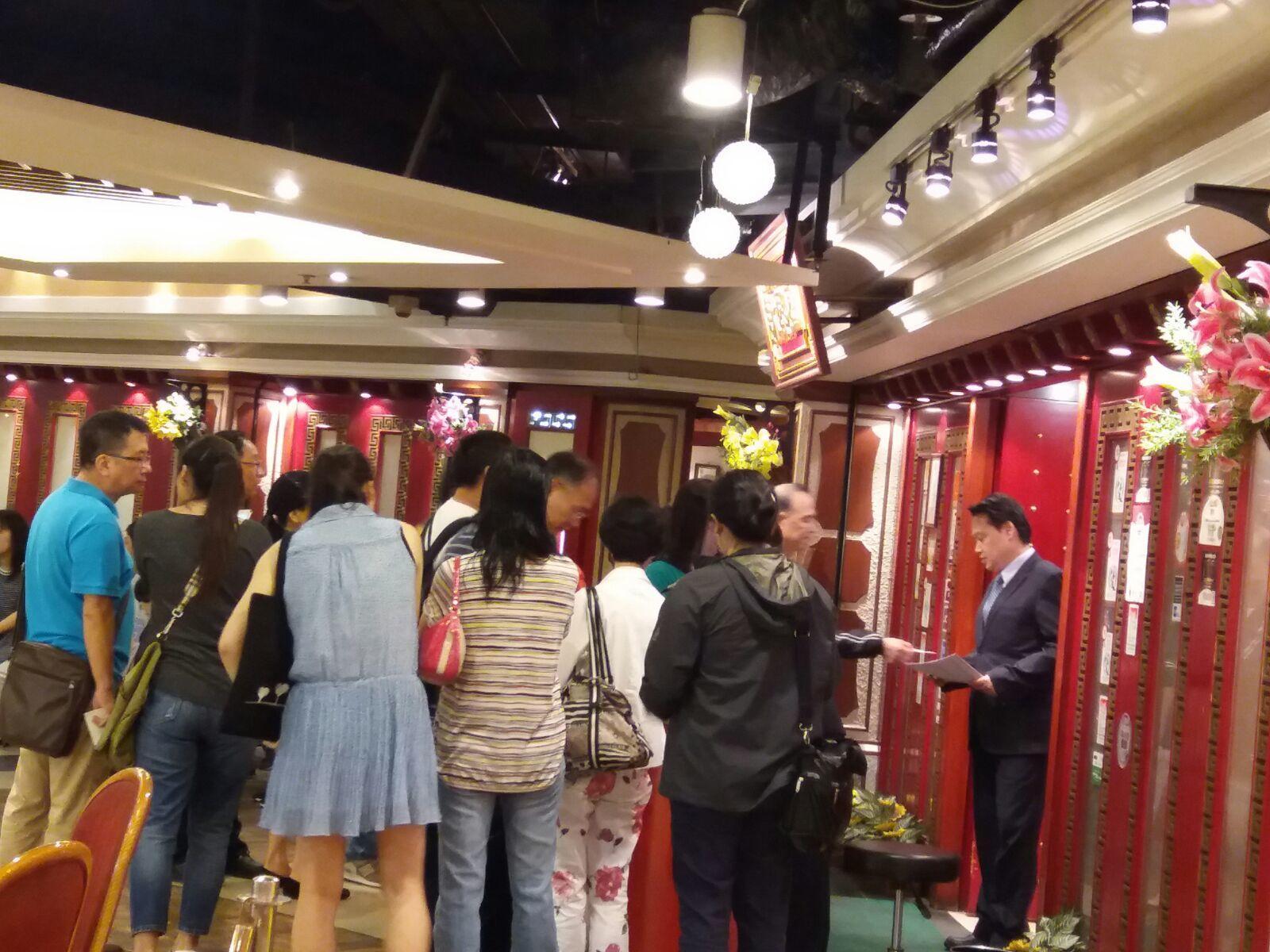 老字號餐廳詠藜園餐廳老闆楊太透露,父親節十天前已經訂滿了席位,當晚餐廳大排長龍。(詠藜園提供)