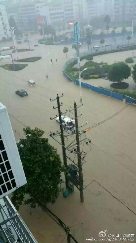 近日湖北多地遭暴雨襲擊,致1人死12人失蹤。圖為湖北黃岡暴雨。(網路圖片)