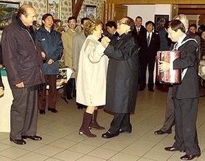 江澤民任中共黨魁時,經常在外交場合戲子般的表演和賣弄,醜態百出。圖為1999年江澤民不顧禮儀,拉著法國總統希拉克夫人跳舞。(網絡圖片)