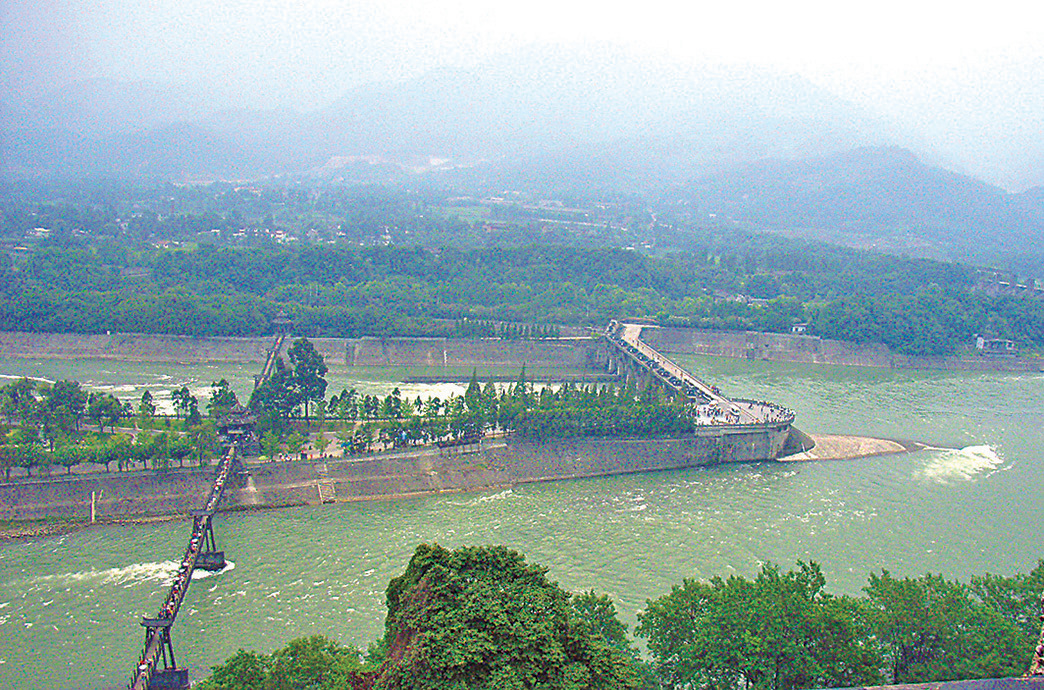 都江堰水利工程順應自然規律,使用兩千餘年至今有效。(維基百科)
