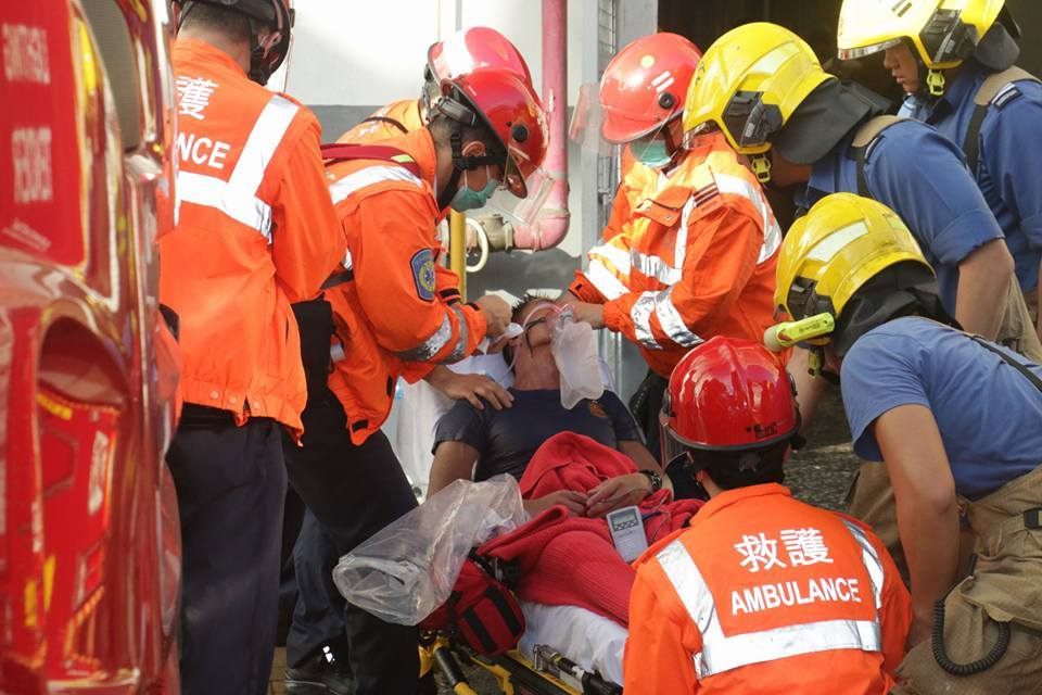 四名消防員感到不適需要送院治理,其中一名一度失聯的消防隊長,在送院後證實不治。(Facebook擷圖)