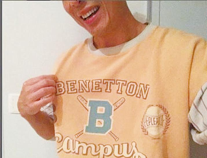 許志安穿上30年前舊衫自拍放上網。(網絡圖片)