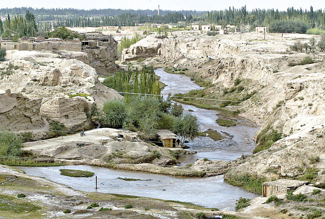 歷史上,沿羅布泊北岸和孔雀河故道,是最早開闢的「絲綢之路」,後來羅布泊南岸又有「絲路南道」開通,商賈不絕,人煙稠密,東西方文明在這裏交流融會。(FREDERIC J. BROWN/AFP/Getty Images)