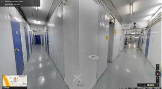 迷你倉內間隔複雜猶如迷宮,有專家稱或是致使火災久撲不滅的原因。(Google街景)