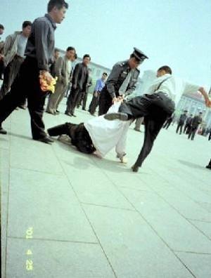 1999年,中共便衣警察在天安門廣場拘捕打橫幅的法輪功學員。(Compassion Magazine)