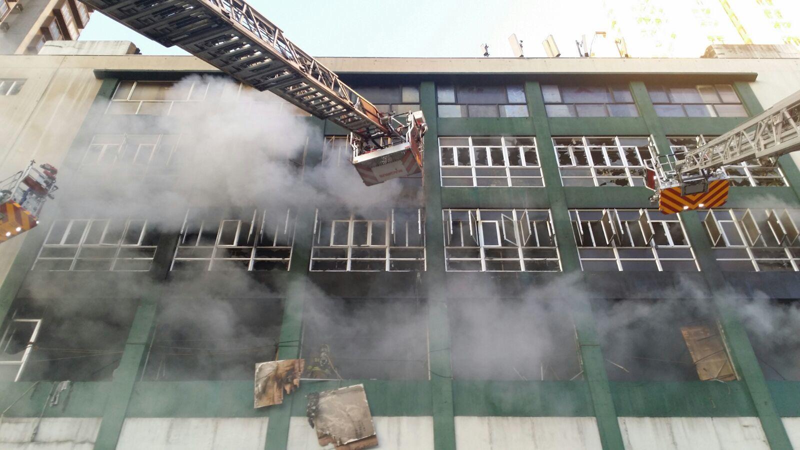 淘大工業村迷你倉四級火在焚燒60小時後仍未被撲熄,現場仍不斷冒出濃煙。(宋祥龍/大紀元)