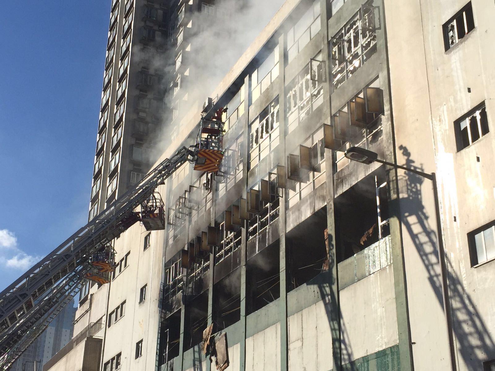 淘大工業村迷你倉四級火在焚燒60小時後仍未被撲熄,現場仍不斷冒出濃煙。(IMAG提供/Dennis Law攝影)