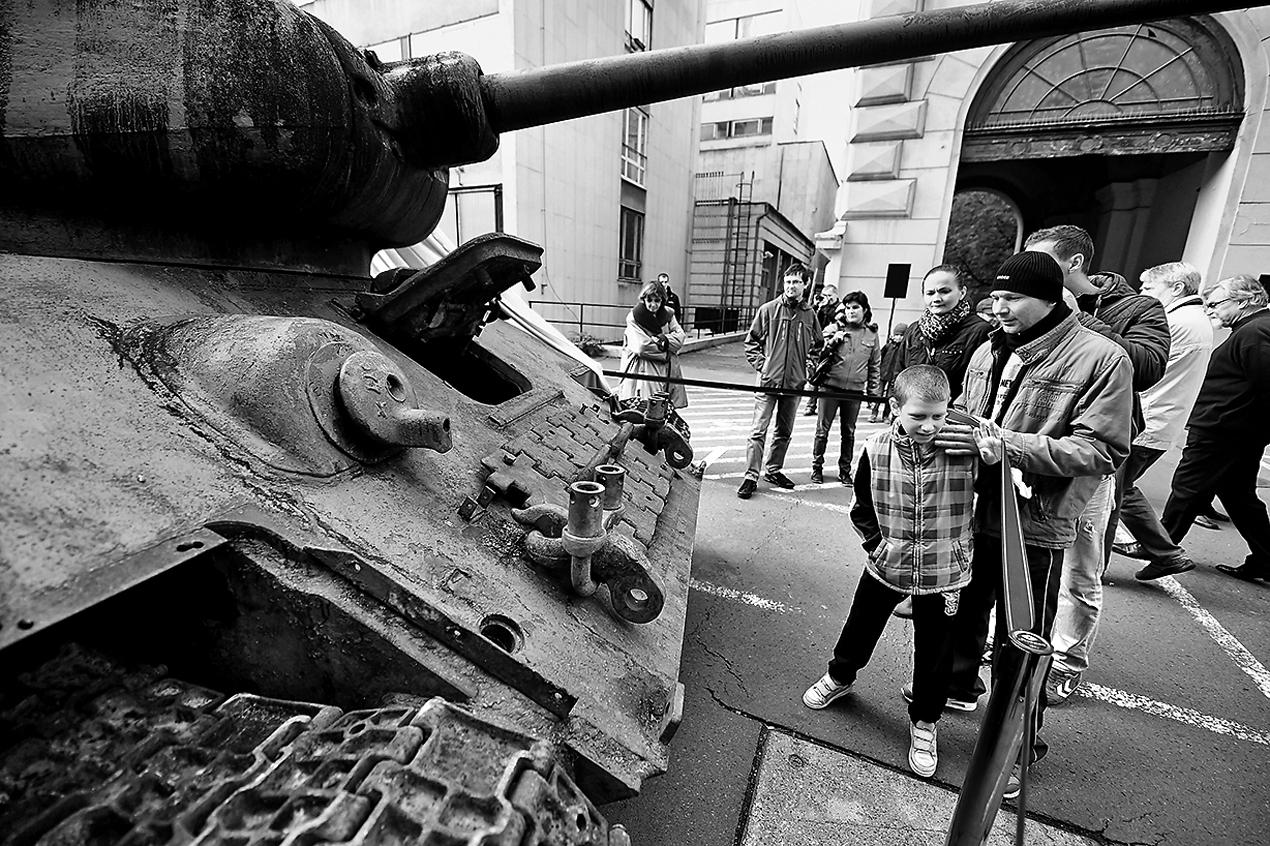每年10月23日是匈牙利1956年革命紀念日,今年的這一天,民眾在街頭觀看露天展覽,展出的是當年參與鎮壓的蘇聯坦克。(AFP/Getty Images)