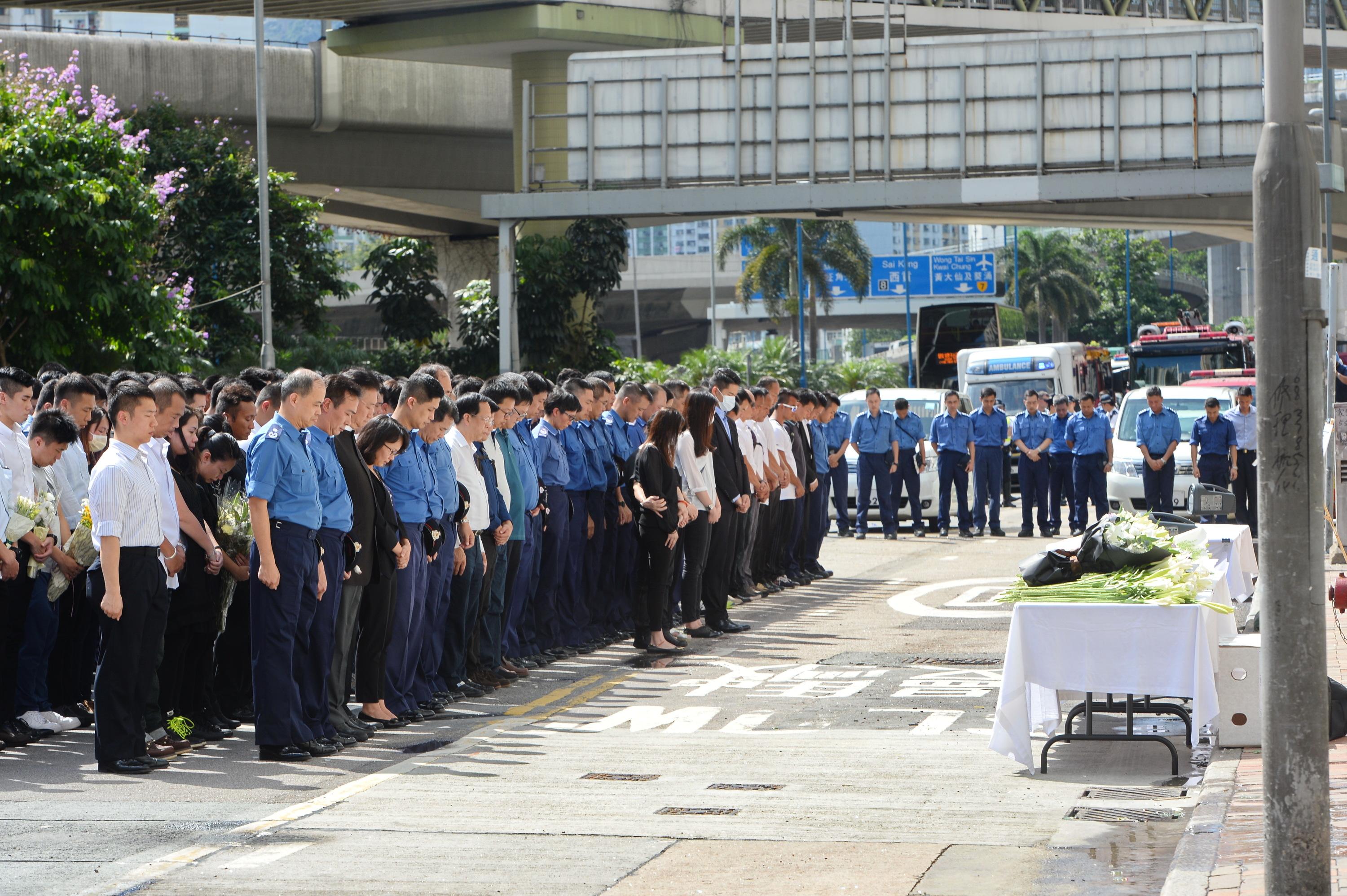 迷你倉火現場對開路祭悼念張耀升 消防員等逾百人默哀