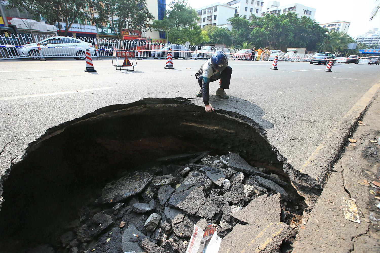 中共官方數據稱,全中國近50個城市有土地沉降問題,不少地區出現圖中的「天坑」。(Getty Images)