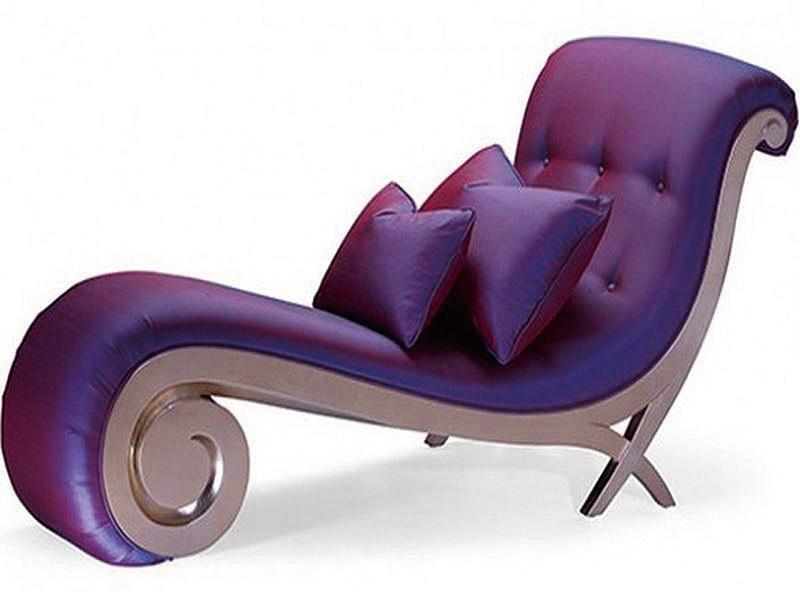 色彩濃郁、造型雍容華貴的躺椅。