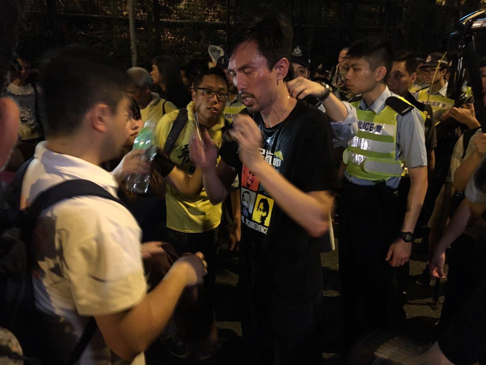 社民連主席吳文遠被胡椒擊中。(孫青天/大紀元)