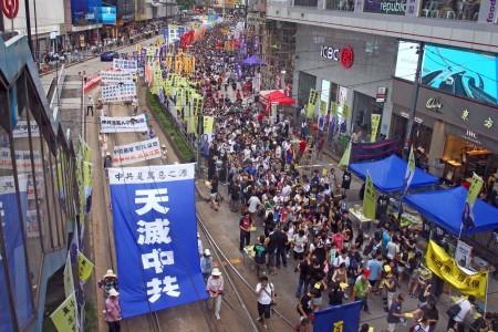 今年香港七一大遊行以「決戰689(梁振英)」為主題,在酷熱天氣下,仍有11萬人上街要求梁振英下台。圖為法輪功學員參加遊行。(潘在殊/大紀元)