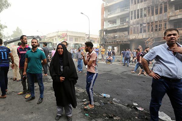 伊拉克首都巴格達的商業區於2016年7月2日晚間,遭到伊斯蘭國的汽車炸彈攻擊,至少造成126人死亡、147人受傷。本圖為爆炸現場,受害民眾家屬悲傷痛哭。(SABAH ARAR/AFP/Getty Images)