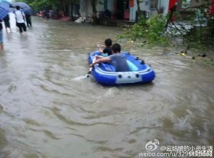 近日大陸南方持續暴雨,長江沿岸多城被淹,圖為湖北武漢暴雨場景。(網絡圖片)