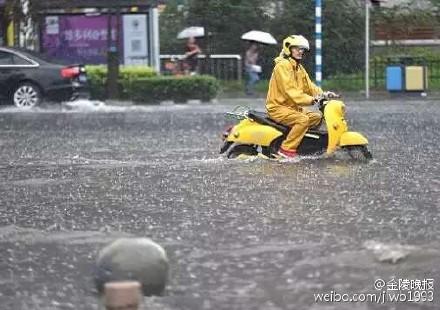 近日大陸南方持續暴雨,長江沿岸多城被淹,圖為江蘇南京暴雨場景。(網絡圖片)