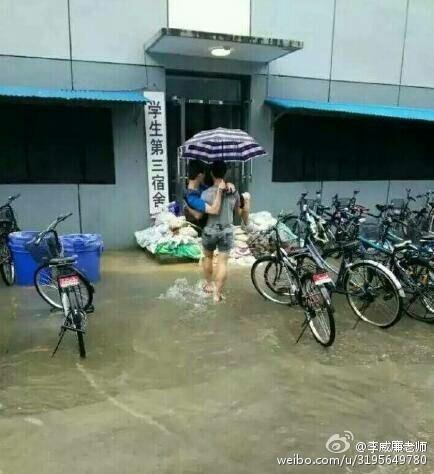 近日大陸南方持續暴雨,長江沿岸多城被淹,圖為江蘇南京理工大學暴雨場景。(網絡圖片)