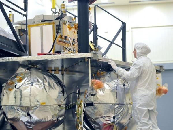 2010年,工程師為朱諾安裝鈦防護罩。(NASA/JPL-Caltech/LMSS)