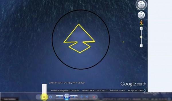 使用谷歌地球的工具分析這個海底金字塔結構的外形和長度。(視頻截圖)