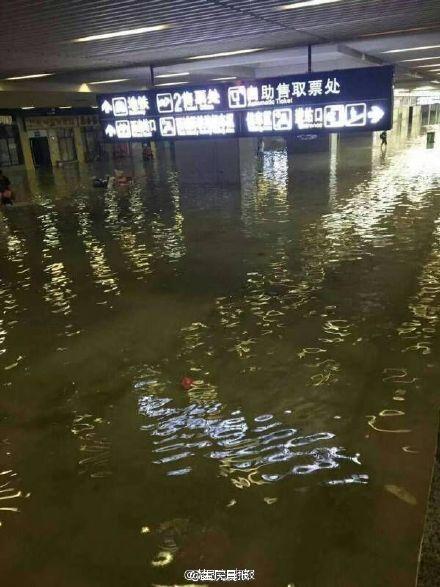 武漢地鐵入口、火車站積水嚴重。(網絡圖片)