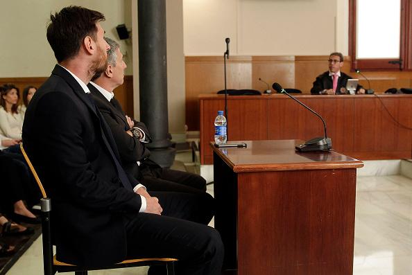 球星美斯與父親在巴塞隆拿法院受審。(Alberto Estevez – Pool/Getty Images)