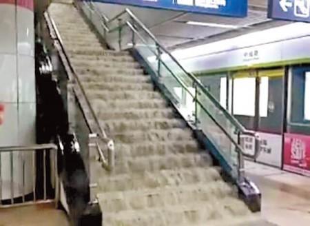 武漢地鐵站內的樓梯。(網絡圖片)