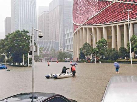 武漢街道,橡皮艇成交通工具。(網絡圖片)