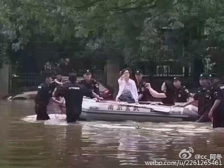 網民上傳圖片並指,南京市玄武區領導在浪漫擺拍,七八個特警半身淹在水裏幫她穩住小艇,宣傳幹部在近距離抓拍特寫。(網絡圖片)