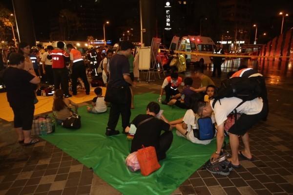 台鐵電聯車7日晚間行駛至松山車站附近時,突然車廂傳出爆炸聲,起火燃燒,乘客尖叫逃出車外,逾十多人受傷,目前還不確定人數,消防人員撲滅火勢並加派救護車到場救人。(中央社)