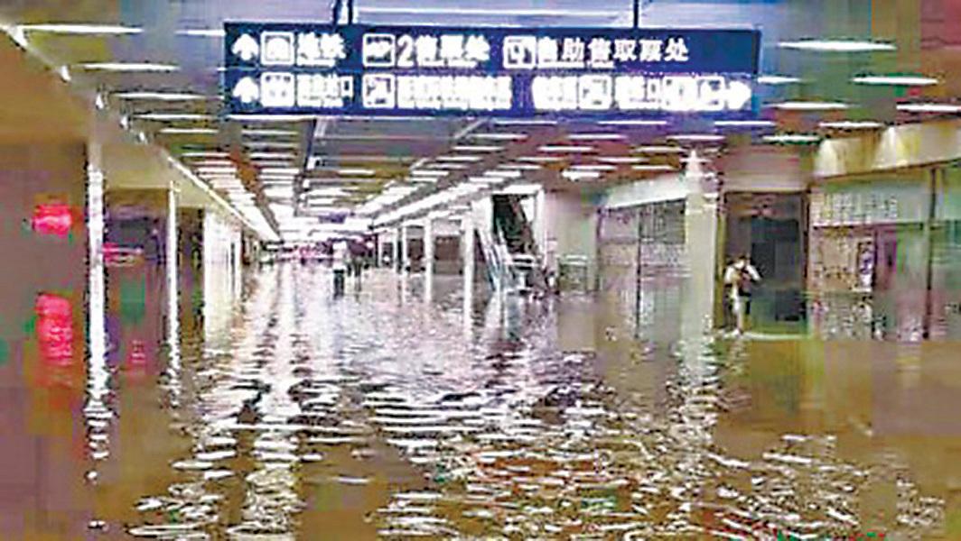 武漢地鐵也水浸。( 網絡圖片)