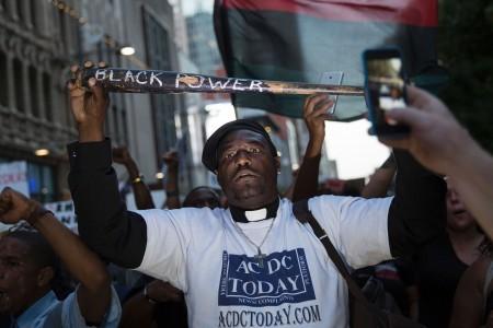 2016年7月7日,在美國德州達拉斯的抗議警察槍殺非裔人士的活動中,一名非裔人士舉起標語「黑人權利」的訴求。(LAURA BUCKMAN/AFP/Getty Images)