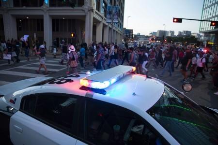 2016年7月7日,在美國德州達拉斯的抗議警察槍殺非裔人士的活動中,入夜後發生了槍擊警察事件,已造成4人死亡,多人受傷。(LAURA BUCKMAN/AFP/Getty Images)