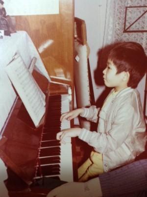 曾智斌出生於一個音樂家庭,四歲開始跟隨著名音樂教育家葉惠康的太太學鋼琴,有鋼琴神童之稱。(受訪者提供)