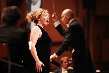 曾智斌(右)和妻子、知名歌劇演員Anna Baxter(左)。(受訪者提供)