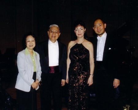 曾智斌(右一)、恩師鋼琴家Krasssimira Jordan(右二)和恩師葉惠康(右三、四)伉儷。(受訪者提供)