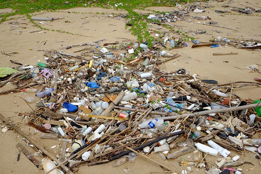 近日大量大陸垃圾隨水流漂到香港,沖上各處海灘。圖為大嶼山狗嶺涌海灘佈滿隨水流漂而來的垃圾。(環保觸覺提供)