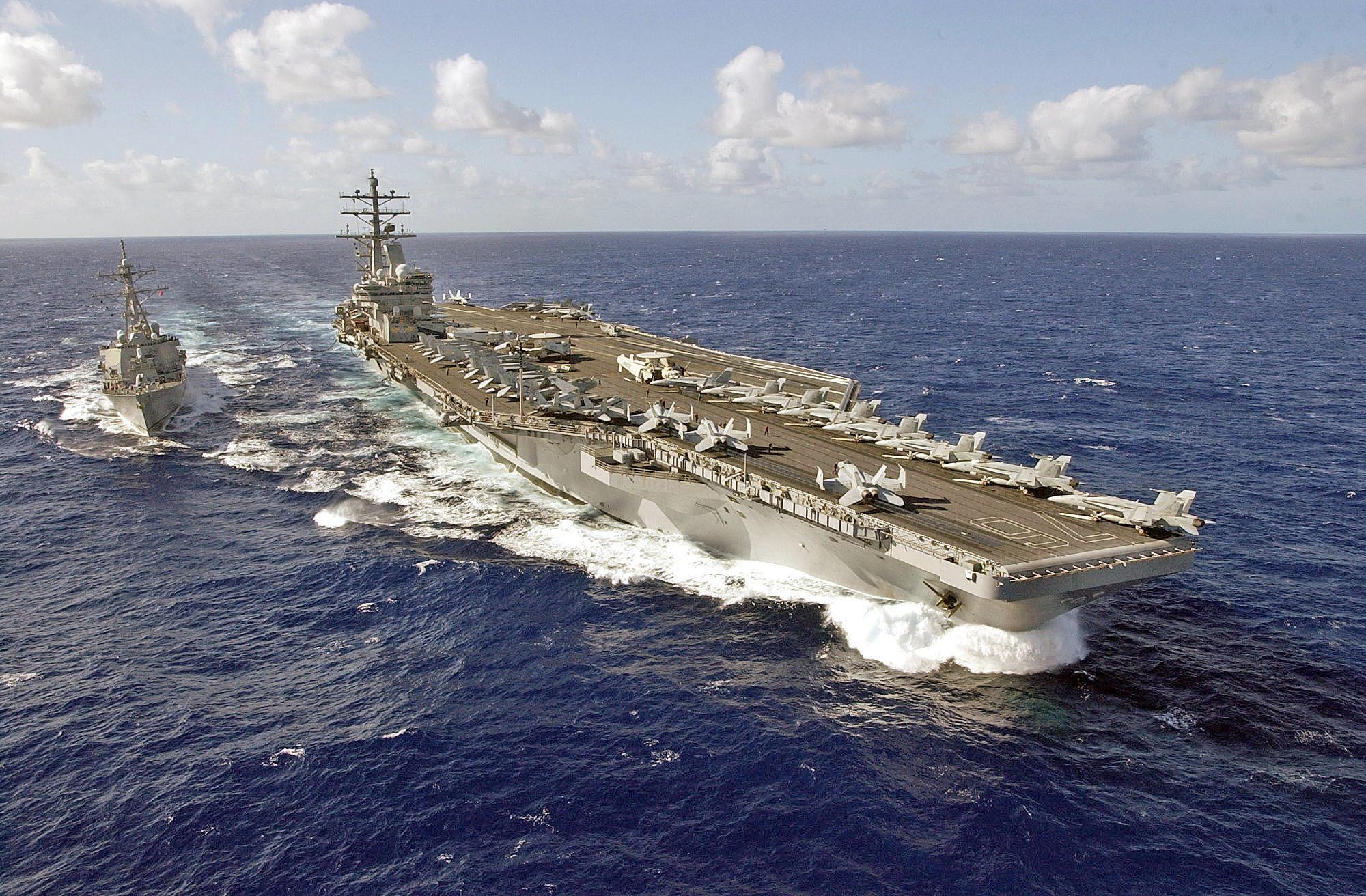 南海仲裁結果公佈後,各國皆有回應,其中美國派遣尼米茲級航空母艦列根號(右)在南海海域執行航機起降任務。(維基百科)