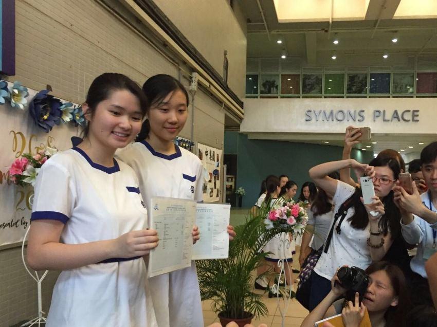 拔萃女書院兩名學生張綽倩(左)及姚子晴考取7科5**的佳績。(曾蓮/大紀元)