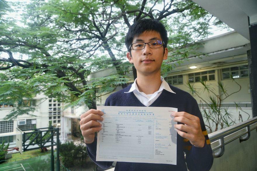 皇仁書院的黃灝森是今屆唯一男狀元,他希望讀醫科。(宋祥龍/大紀元)